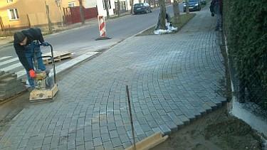 Przebudowa ciągów pieszych przy drogach powiatowych na terenie Poddębic (foto2)