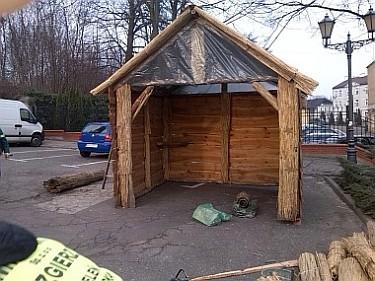 Budowa Szopki Bożonarodzeniowej na Placu Jana Pawła II (foto1)