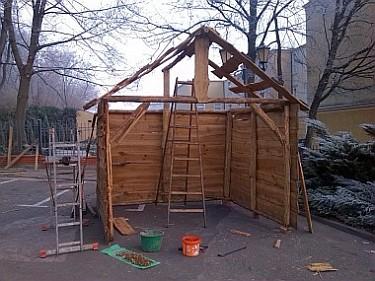 Budowa Szopki Bożonarodzeniowej na Placu Jana Pawła II (foto2)